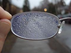 Laufen bei Regen, Brille voller Regentropfen