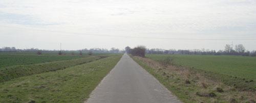 Laufen zwischen den Feldern im Umland von Bremen