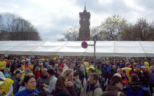 Halbmarathon-Zelte vor dem Roten Rathaus in Berlin