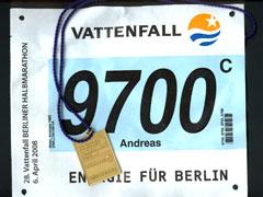 Startnummer und Medaille des Berliner Halbmarathon