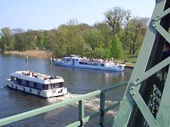 Ausflugsschiffe unterhalb der Glienicker Brücke