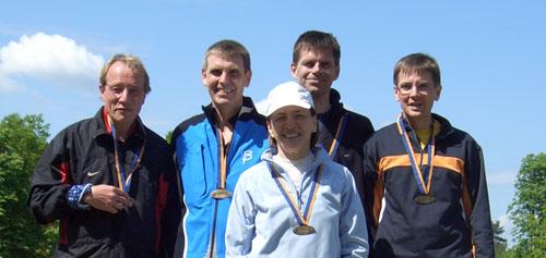 Gruppenbild mit Dame nach dem 25-km-Lauf zum Olympiastadion