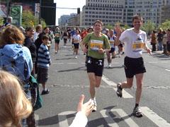 Klaus und ich bei Kilometer 12 am Potsdamer Platz