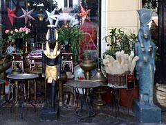 Ägyptische Figuren vor einem Geschäft in der Bleibtreustraße