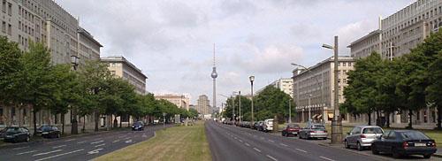 Karl-Marx-Allee mit Blick auf den Fernsehturm