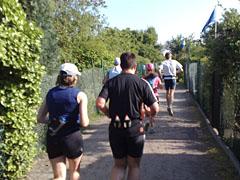 Laufen zwischen den Kleingärten