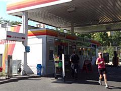 Läufer-Stopp an der Tankstelle