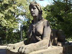 Sphinx an der Ecke Bismarckallee / Delbrückstraße