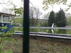 Verwaister Pool am Rande des Weges