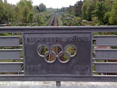 Olympische Ringe an der Brücke