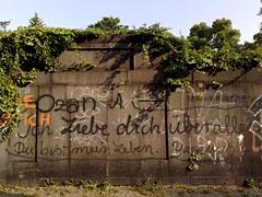 Friedhofsmauer mit Graffiti