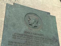 Erinnerung an J.-F.-Kennedy am Rathaus Schöneberg