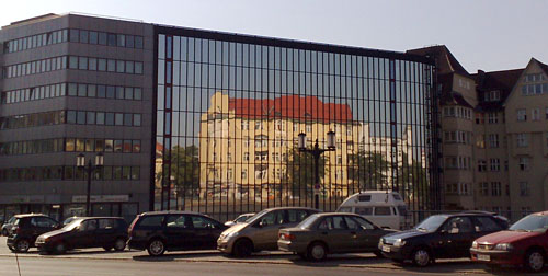 Spiegelung an einer Hausfassade
