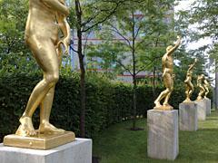 Goldene Skulpturen im Garten der Landesvertretungen Schleswig-Holstein/Niedersachsen