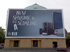 Sankt-Hedwigs-Kathedrale mit Werbung