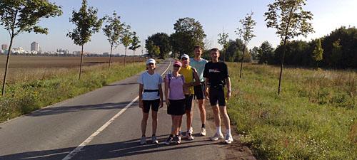 Läufer-Gruppenbild vor der Skyline von Marienfelde