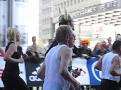 Läufer im Wikinger-Kostüm