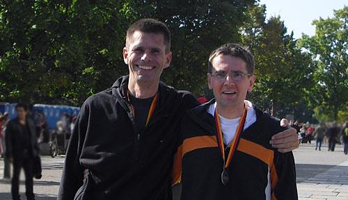 Läufer mit Medaillen nach dem Berlin-Marathon