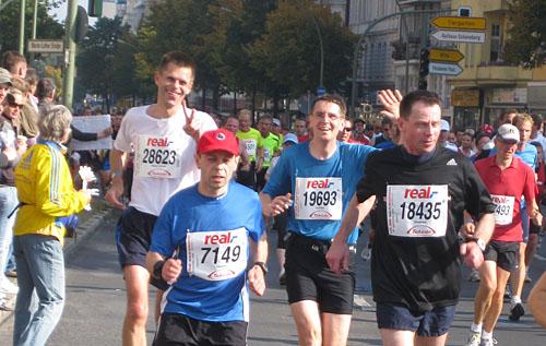 Die Läufer passieren den Innsbrucker Platz