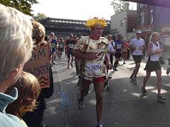 Läufer im Goldfolien-Kostüm