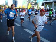 Läufer grüßen im Laufen am Potsdamer Platz