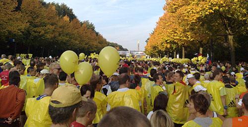Läuferfeld vor dem Start des Marathon in Berlin