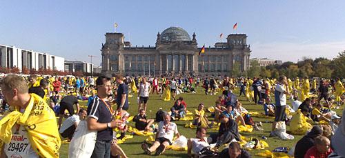 Reichstag mit Läufern nach dem Marathon