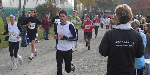 Läufer beim Crosslauf nach der 1. Runde