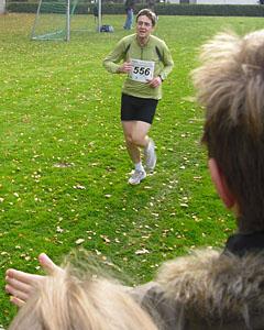 Vor dem Ziel beim Crosslauf