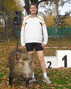 Läufer mit Wildschwein nach dem Cross-Country-Lauf