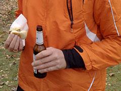 Läufer mit Wurst und Bier