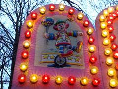 Lichter an einer Weihnachtsmarktbude