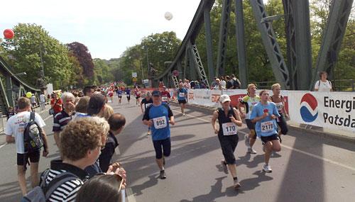Läufer im Ziel des Potsdamer Drittelmarathons