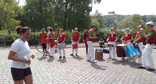 Samba-Gruppe mit Läuferin
