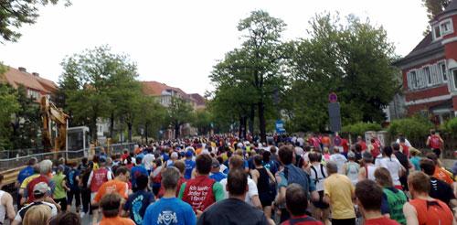 Läuferfeld auf dem ersten Kilometer