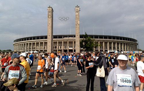 Olympiastadion mit Läufern