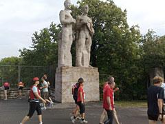 Läufer mit Statuen