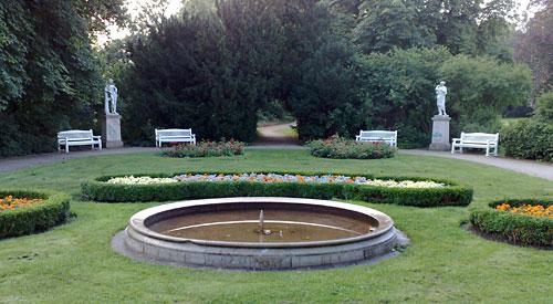 Gutspark mit Blumen und Statuen