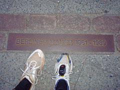 Mauer-Plakette mit Läufer-Füßen