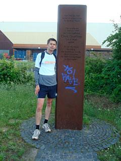 Läufer am Denkmal für Chris Gueffroy