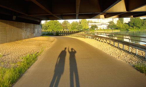 Läufer-Schatten unter Autobahnbrücke
