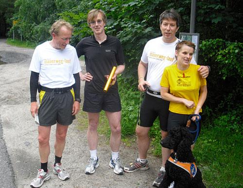 Läufer-Team bei der Staffelstab-Übergabe