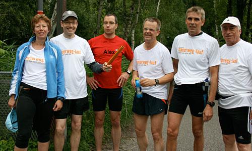 Staffelstab-Übergabe an Läufer-Team 12