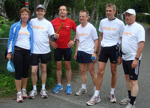 Die Staffelstab-Übergabe von Läufer-Team 11