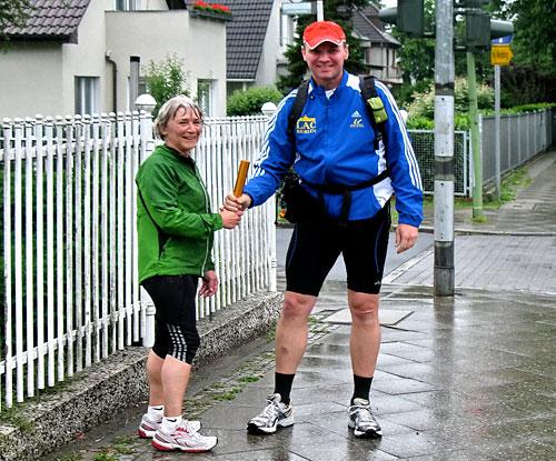 Staffelstab-Übergabe an Läufer 14