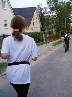 Läuferin und Fahrradbegleiter