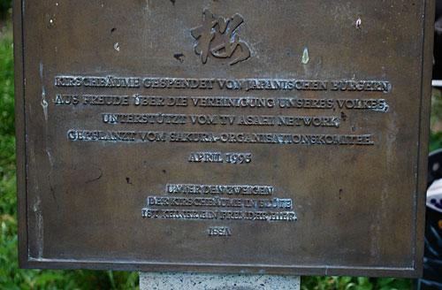 Erinnerungs-Tafel an der Kirschbaumallee