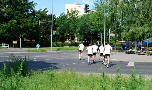 Die Läufer machen sich an den (Mauer-)Weg