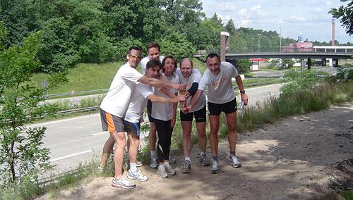 Läufer-Foto vor dem ehemaligen Kontrollpunkt Dreilinden