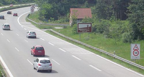 Hinweisschild an der Autobahn